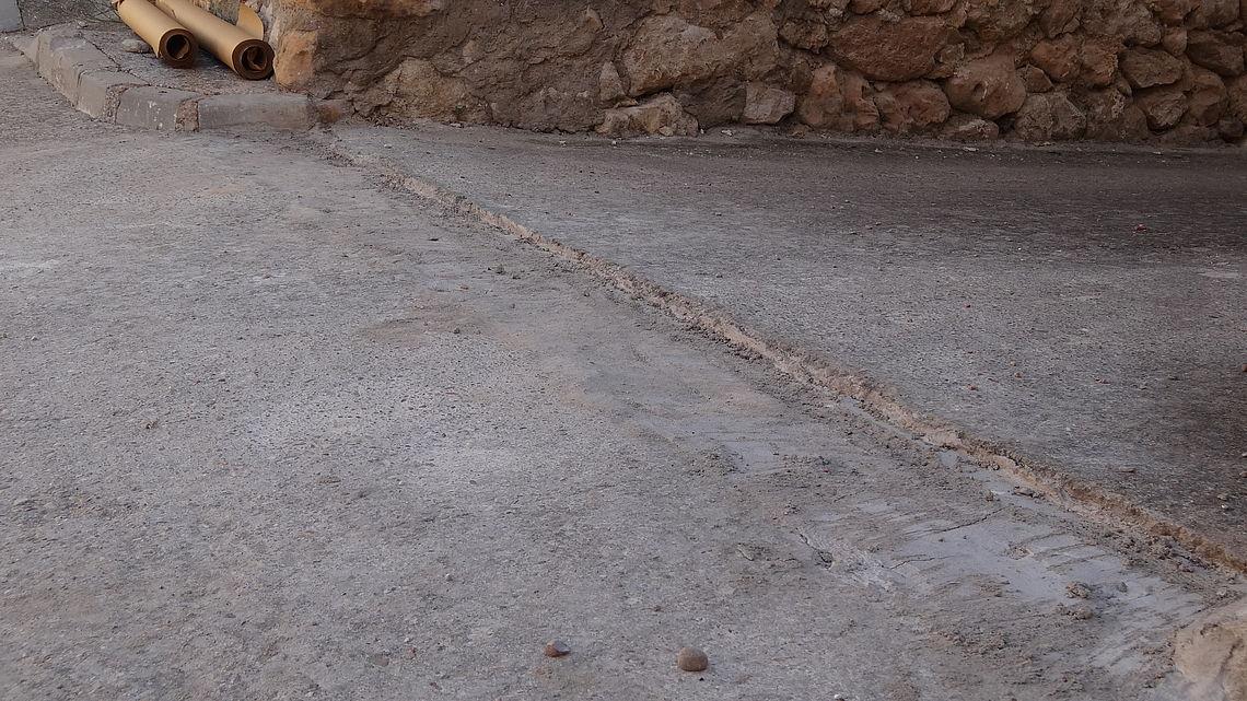 Realización de una sencilla roza de unos 30 cm, picado del hormigón y posterior regularización hormigón o mortero a - 2,5 cm, para posterior encuentro del asfalto con pavimento adyacente.
